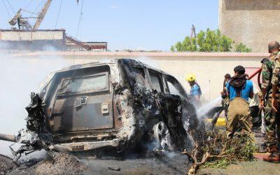 Explosão atingiu o veículo do governador, Ahmed Lamlas e o ministro da Agricultura, Salem al-Suqatri. (Foto: Reprodução)
