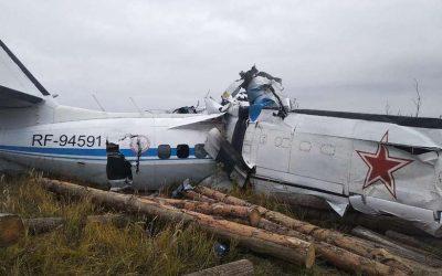 Avião partiu-se em dois no acidente. (Foto: Russian Emergengy Ministry)